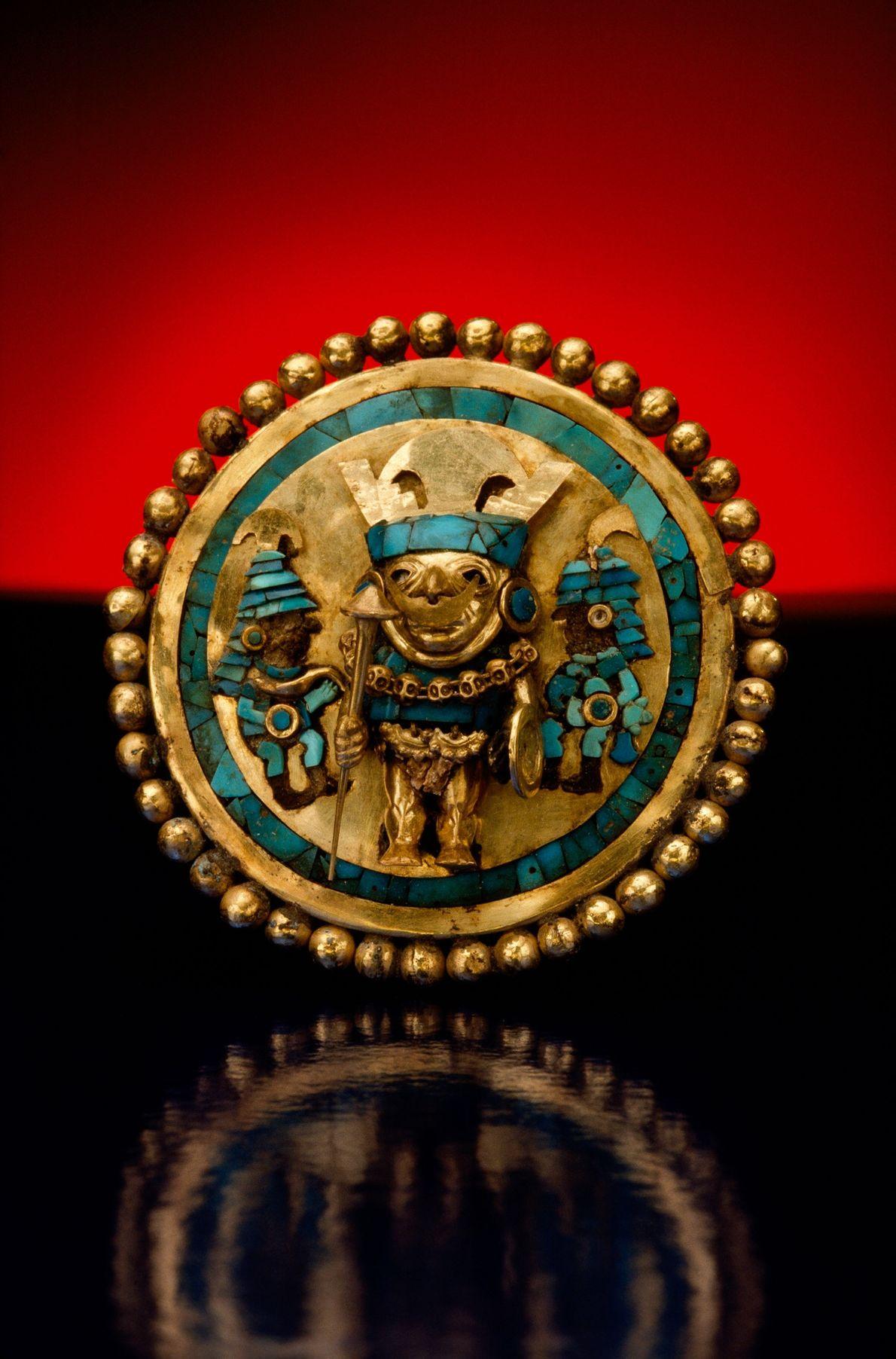 Este ornamento da civilização mochica foi descoberto numa sepultura perto de Sipan, em Chiclayo, no Peru.