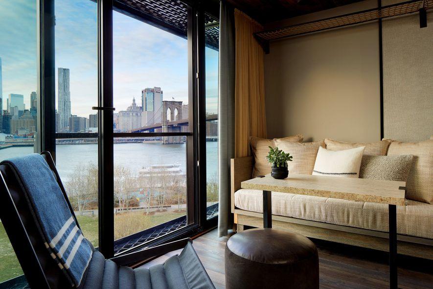 Um quarto de hóspedes do 1 Hotel Brooklyn Bridge, com uma ampla vista sobre a paisagem ...