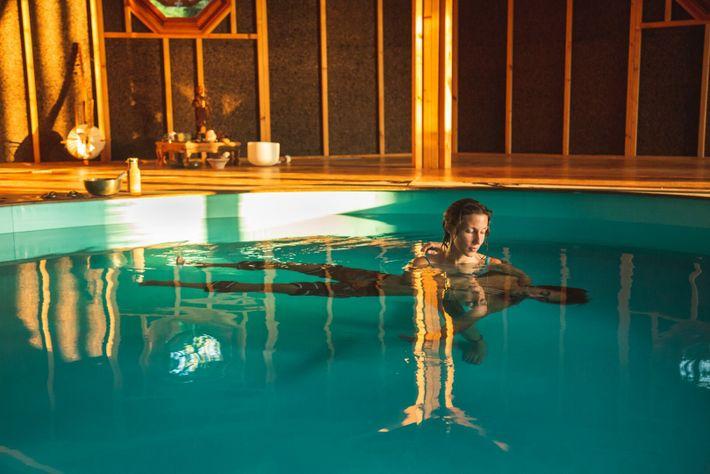 Violeta Lapa conduz uma sessão de terapia aquática