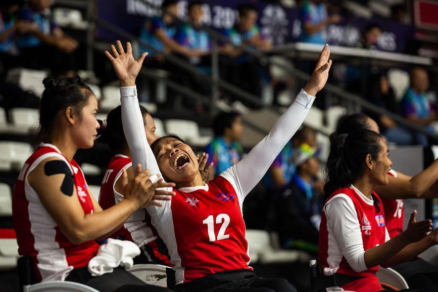 Jogadoras do Camboja apoiam a sua equipa durante os Jogos Paralímpicos Asiáticos de 2018, em Jacarta, ...