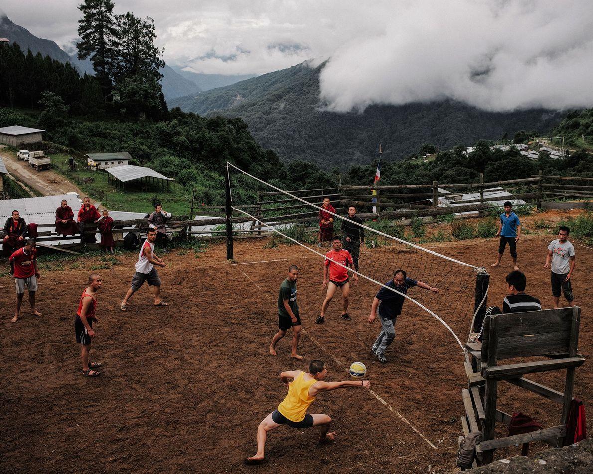 Em Gasa, no Butão, monges jogam uma partida de voleibol contra a polícia local.