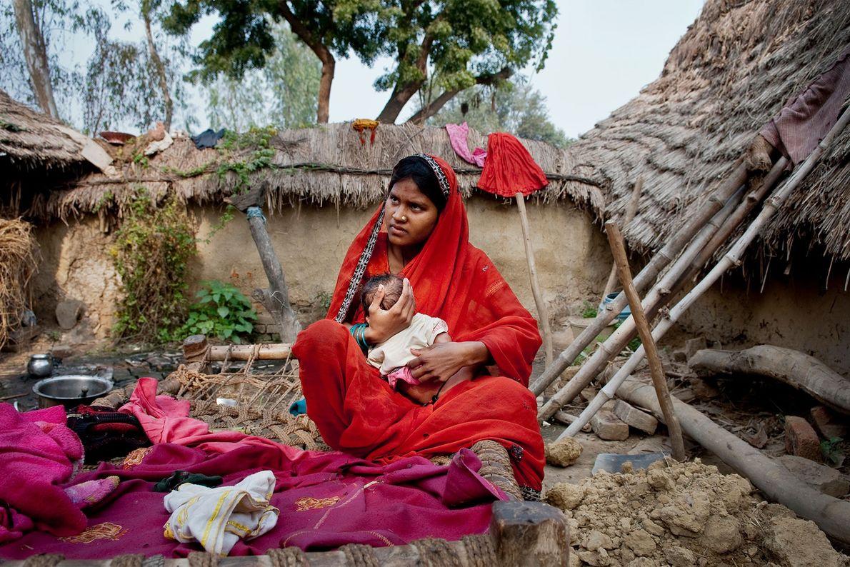 Phulmati, de 17 anos, segura no colo o filho recém-nascido.