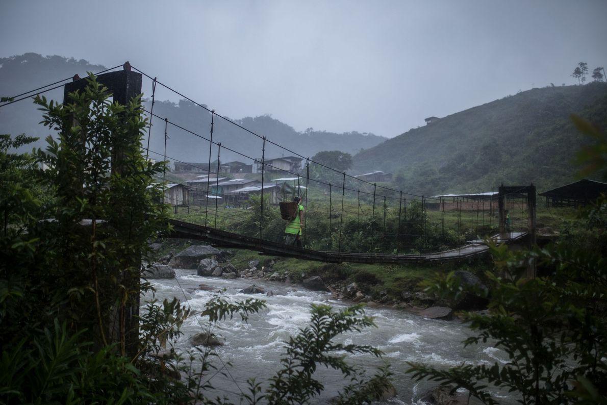 Mulher atravessa ponte na Colômbia
