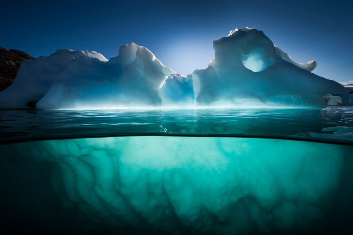 Um jardim de icebergues perto da Red Island, Fiorde Scoresbysund, na Gronelândia.