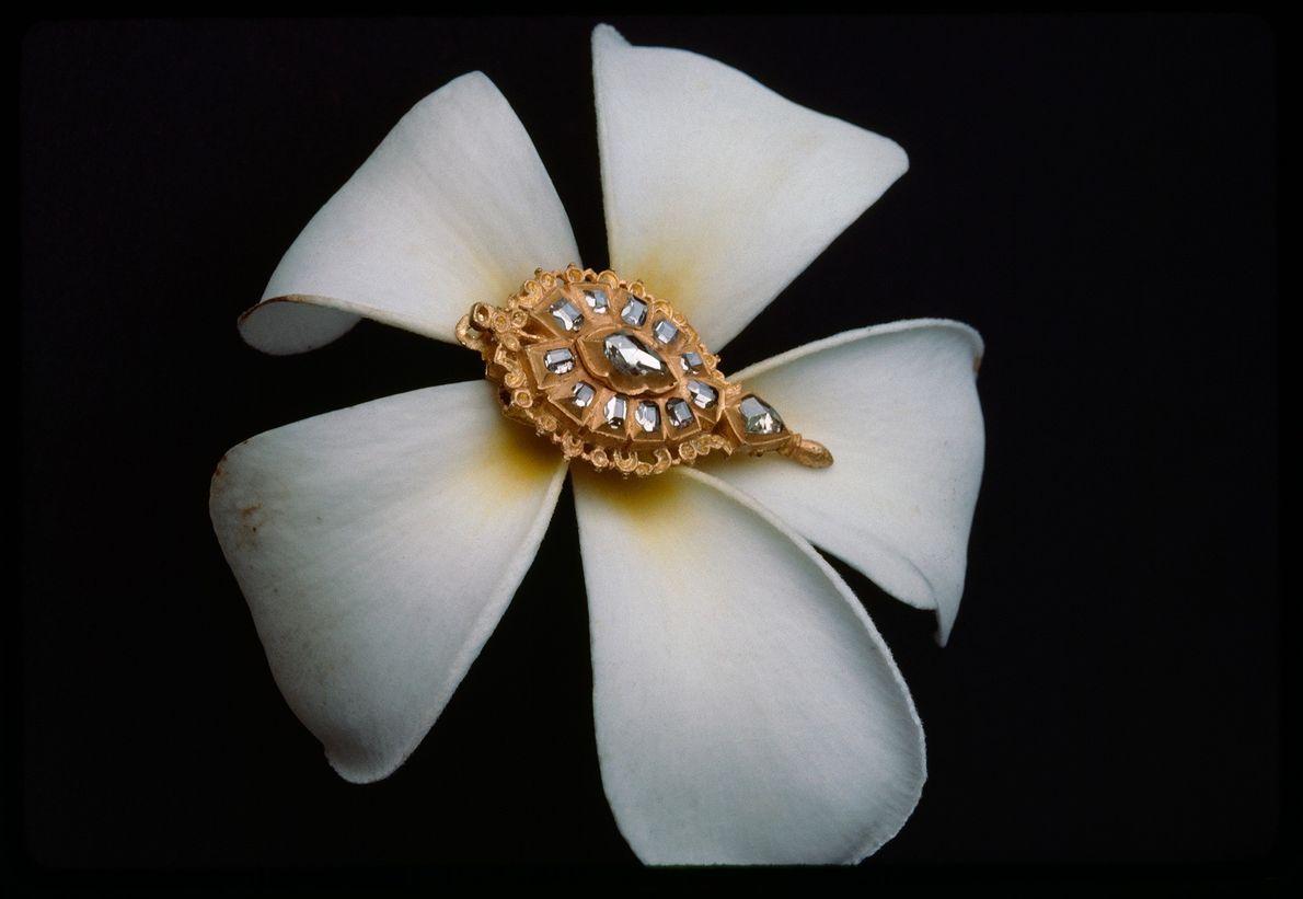 Este ornamento em ouro tem diamantes encrustados. Embora os diamantes sejam valorizados pela sua beleza, também ...