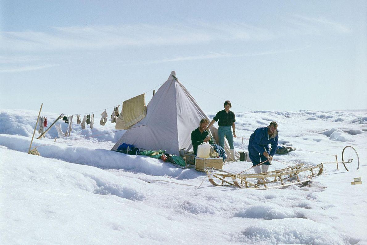 Uma tenda de nylon é o único abrigo, que protege a equipa dos elementos naturais.
