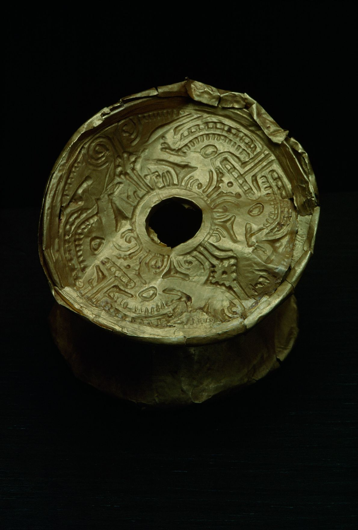 Este objeto em ouro é provavelmente representativo da cultura pré-colombiana calima, uma região arqueológica na costa ...