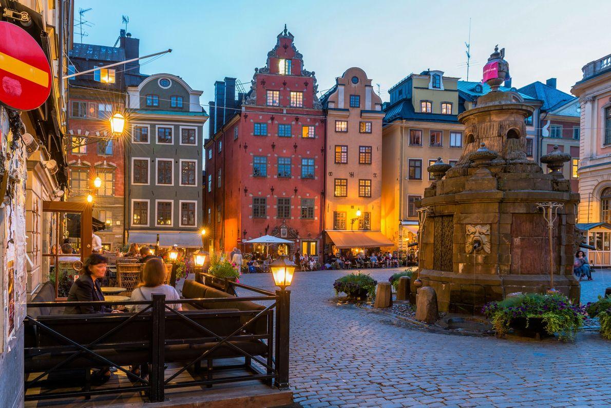 Imagem de cafés numa praça em Estocolmo, na Suécia.