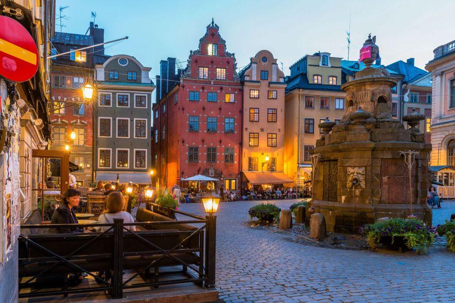 Fila de esplanadas na praça Stortoget, a mais antiga de Estocolmo.