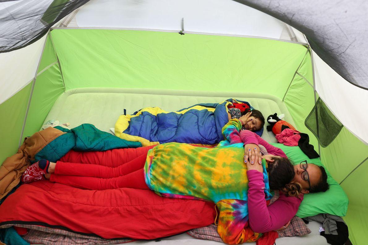 Melissa, Lola, e a filha mais nova gozam momentos em família num acampamento.