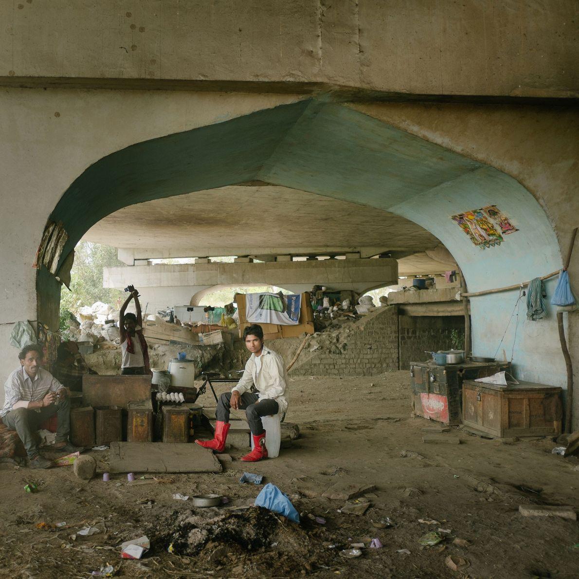 Fotografia de recicladores que habitam debaixo da ponte da estrada Grand Trunk, perto do Rio Yamuna.