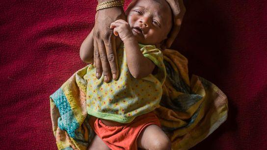 Mamunur, 25 dias de idade, é um dos 60 bebés que nascem todos os dias em ...