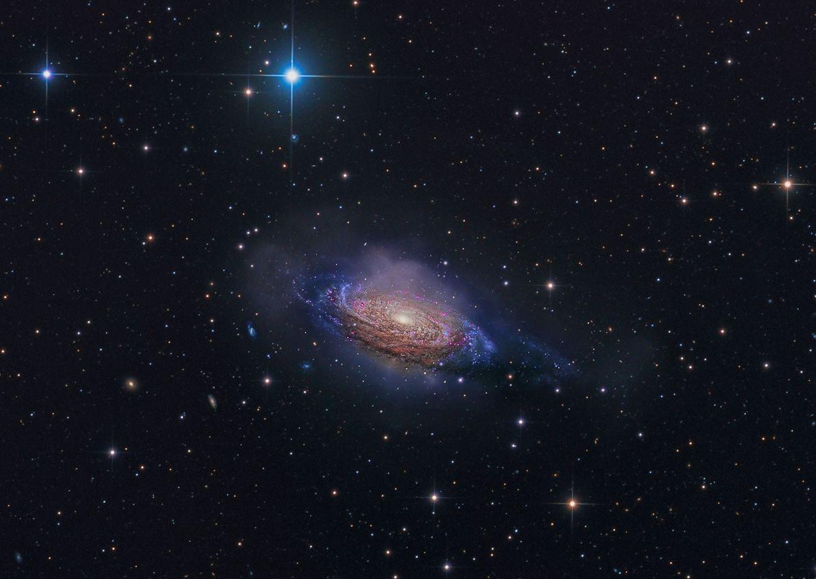 A galáxia espiral NGC 3251 rebenta de cor nesta imagem de exposição longa.