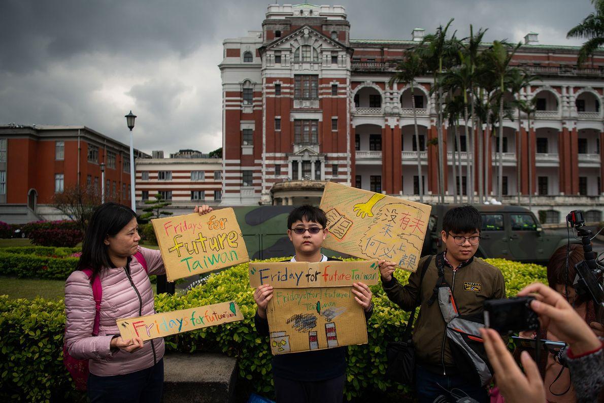 Yang Tzy-Ching, com 12 anos, juntou-se ao protesto, em frente ao Palácio Presidencial, em Taipei, Taiwan.