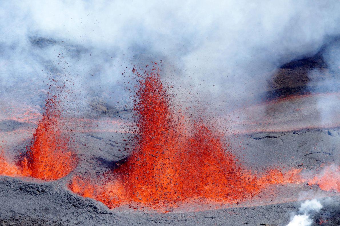 """Um dos vulcões mais ativos do mundo é o Piton de la Fournaise – ou """"cume ..."""