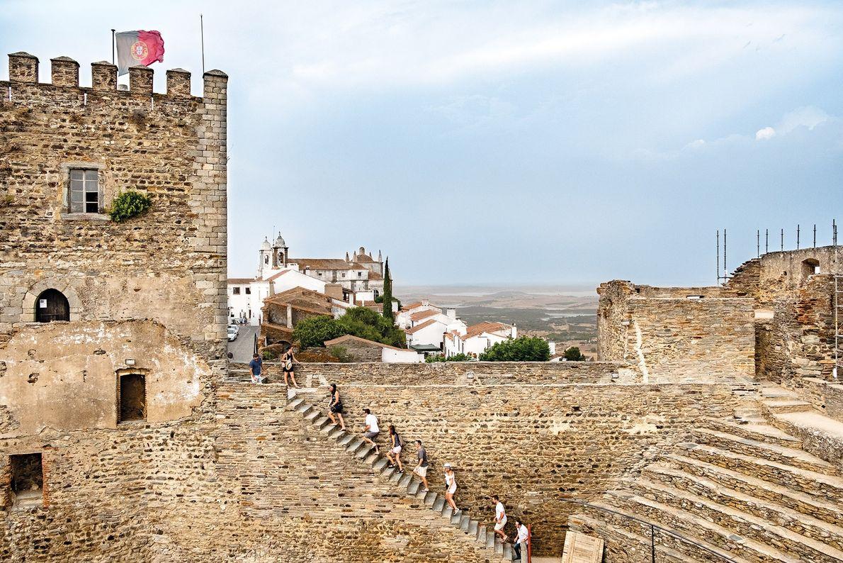 Os degraus de pedra levam-nos até às muralhas do castelo de Monsaraz, com vistas arrebatadoras da ...