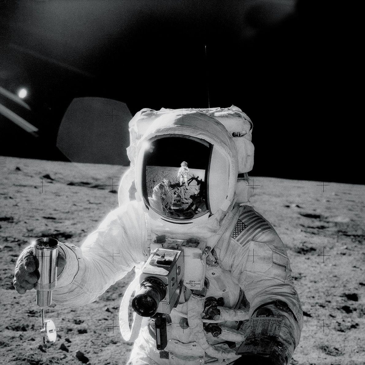 Em 1969, durante a missão da Apollo 12, o astronauta Charles Conrad captou esta selfie que ...