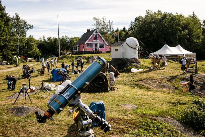 Telescópios nos campos de Vermont durante o festival amador de construção de telescópios e astronomia Stellafane.