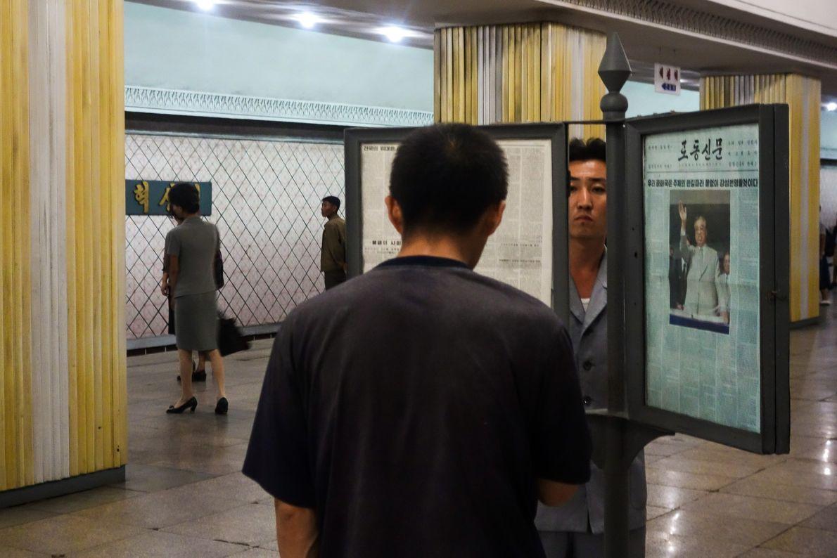 As plataformas da estação têm cópias emolduradas do jornal estatal