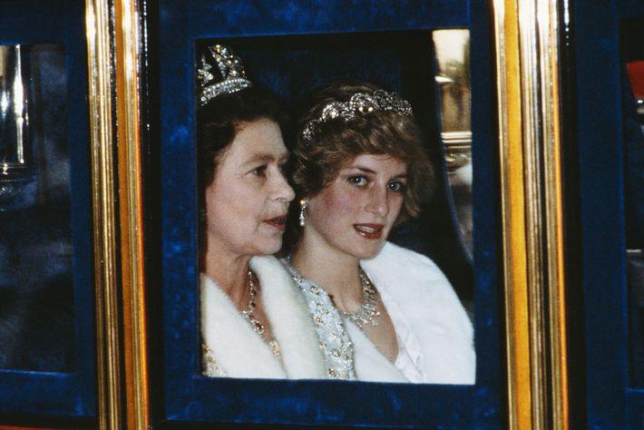 Fotografia da Princesa de Gales e da Rainha a marcarem presença na Abertura do Parlamento em ...