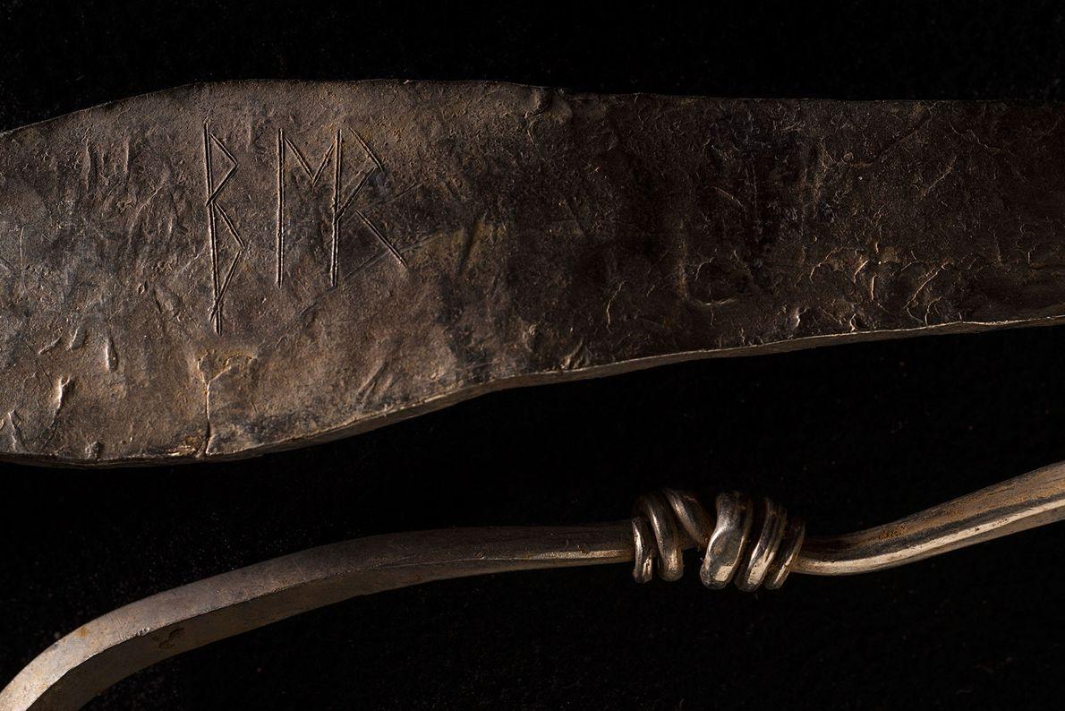 Fotografia de uma bracelete de prata