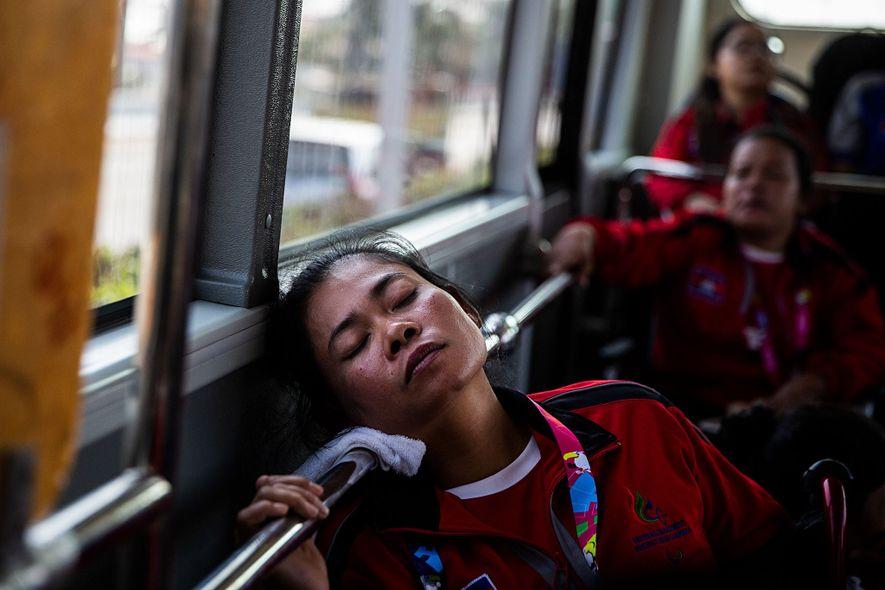Depois dos jogos, as atletas descansam no autocarro de regresso à Aldeia Olímpica.