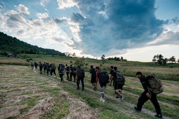 grupo de migrantes e refugiados
