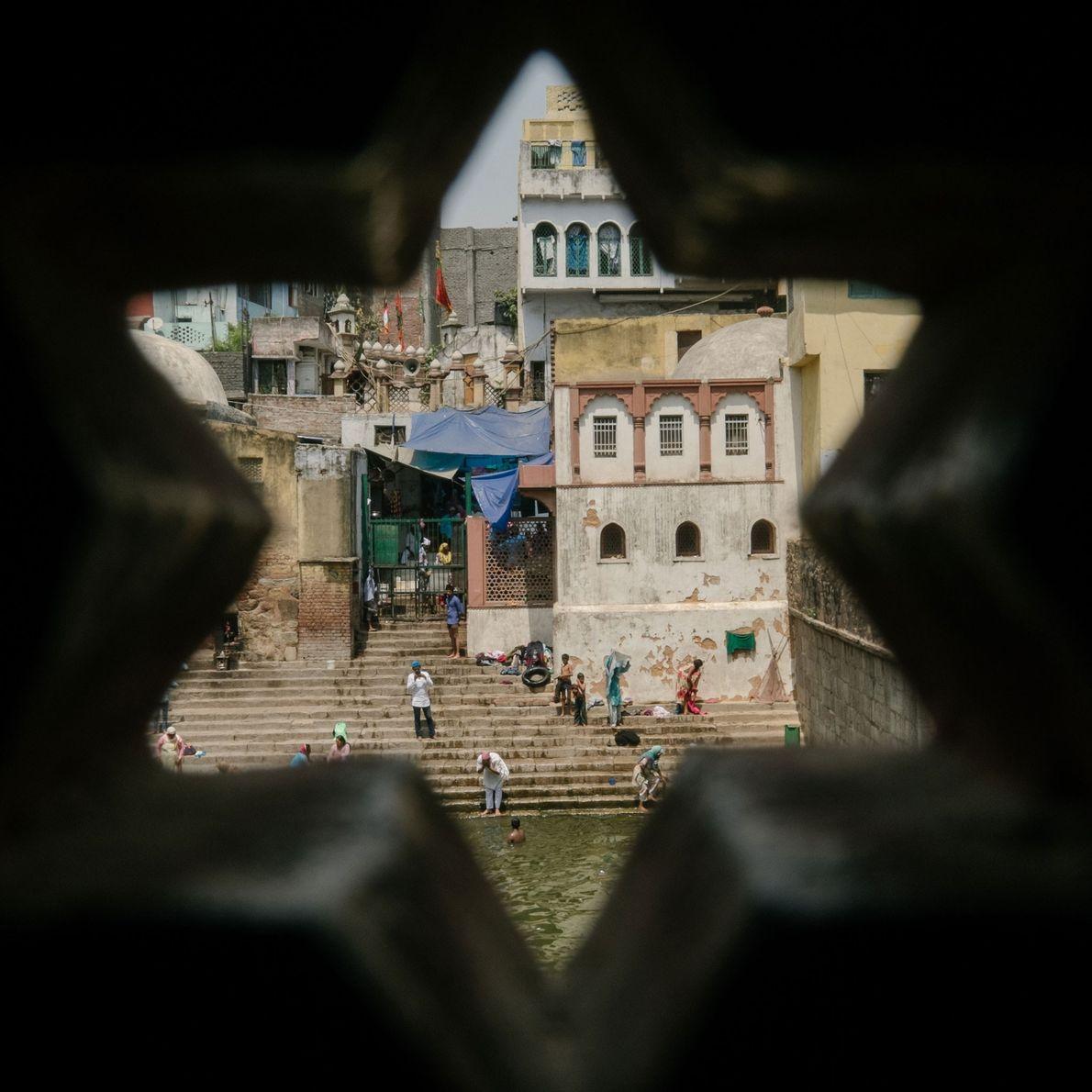 Fotografia de uma das famosas escadarias onde a população de Delhi costumava ir buscar água fresca