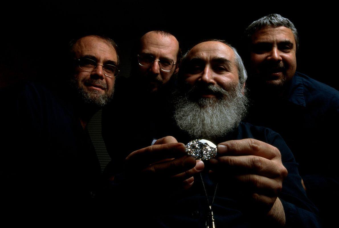 Especialistas em cortes de joias posam com o maior diamante oval sem falhas da história, que ...