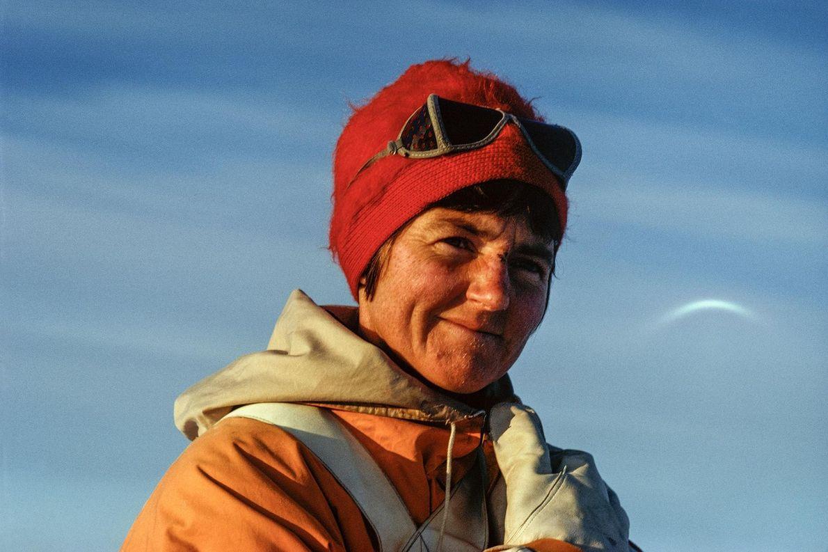 Myrtle Simpson sorri, enquanto posa para uma fotografia durante uma expedição.