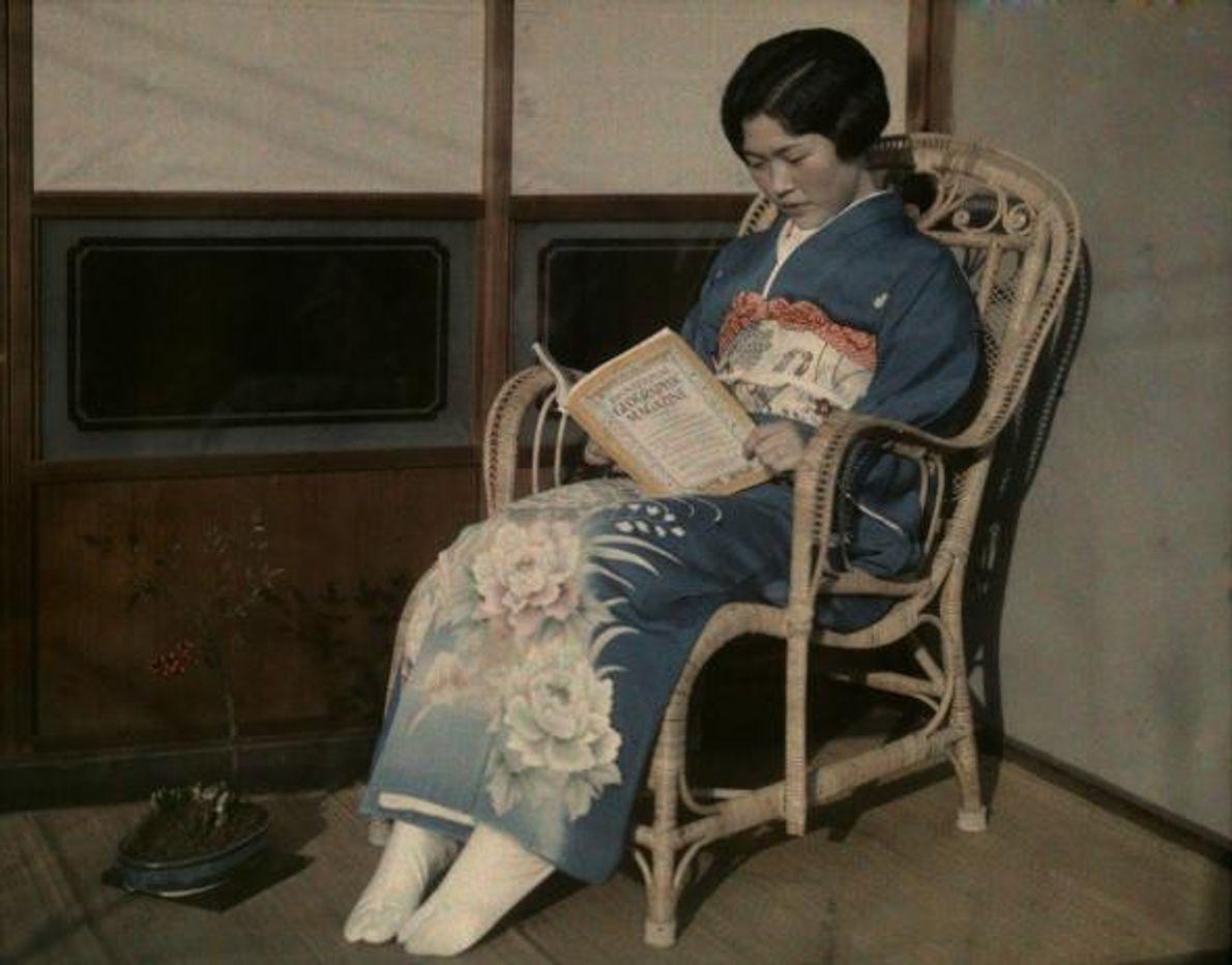 Uma rapariga japonesa lê uma publicação.