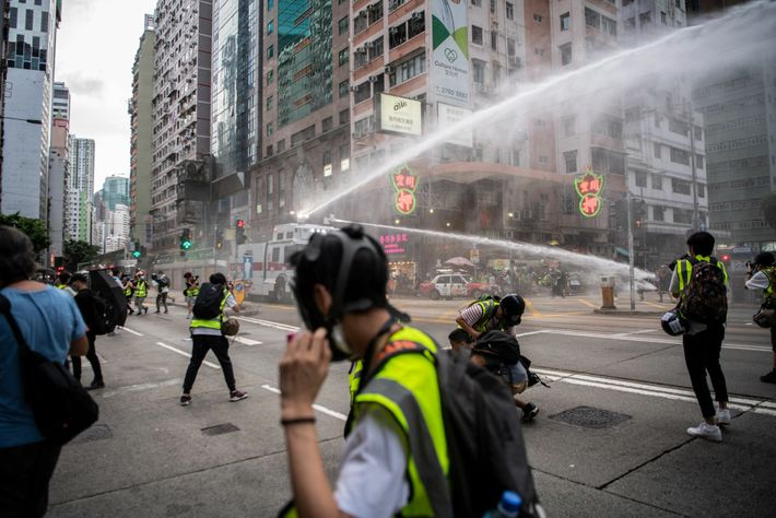 Um dia depois de a China ter aprovado uma lei de segurança nacional que criminalizava a ...