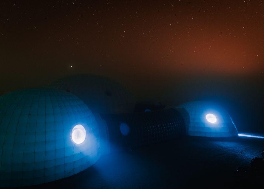 À noite, as temperaturas na Estação Kepler descem abaixo do ponto de orvalho, criando uma névoa ...