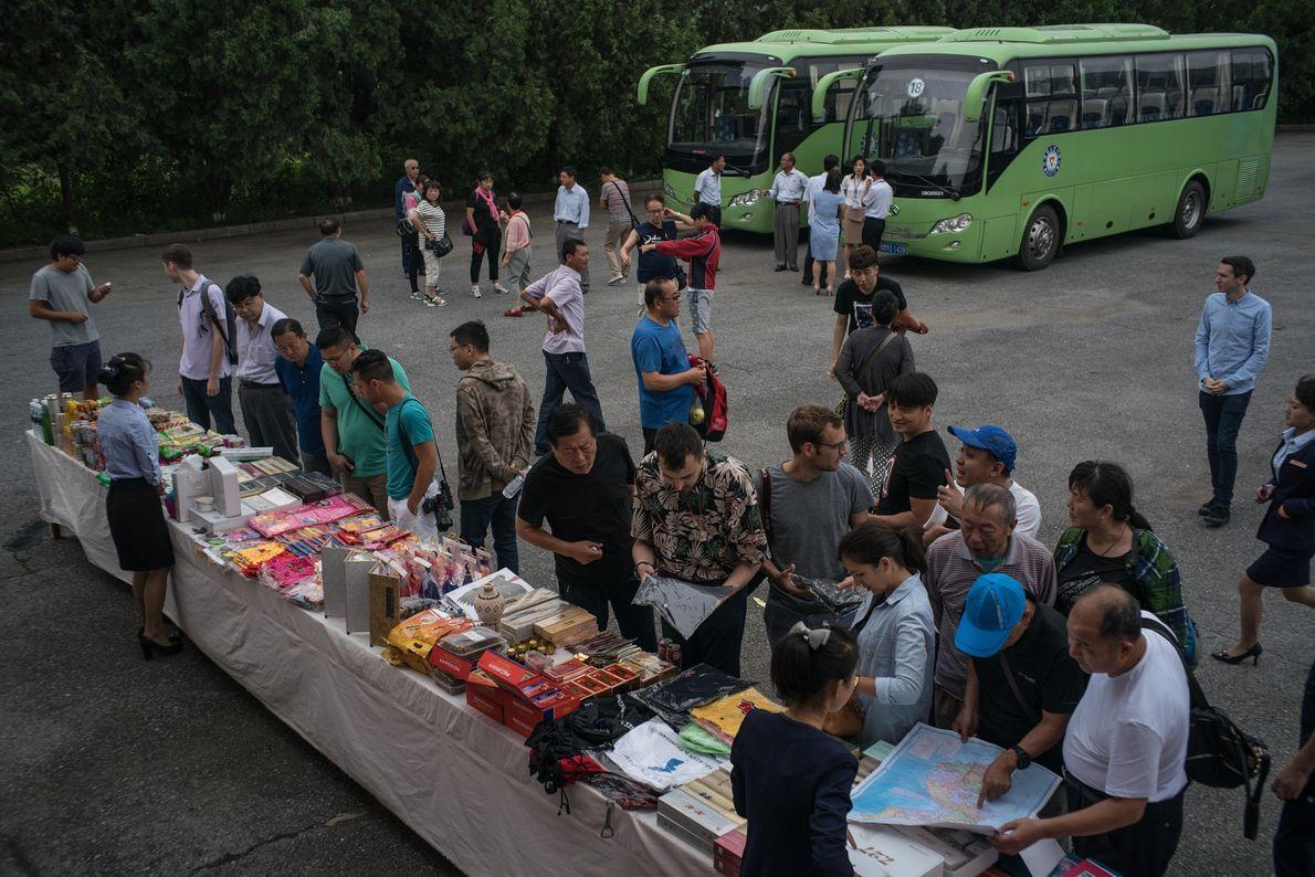 São vendidas lembranças a turistas numa das paragens da viagem entre Pyongyang e Kaesong