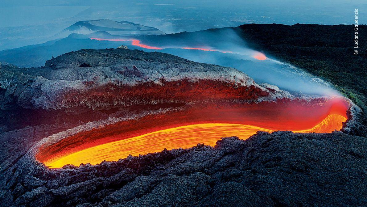 O italiano Luciano Gaudenzio fotografou lava a fluir através de uma fenda no Monte Etna. Esta ...
