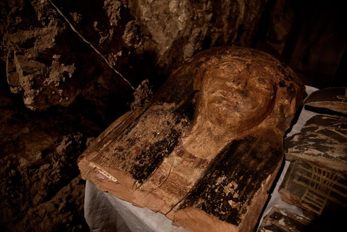 Máscara mortuária em túmulo no Egito
