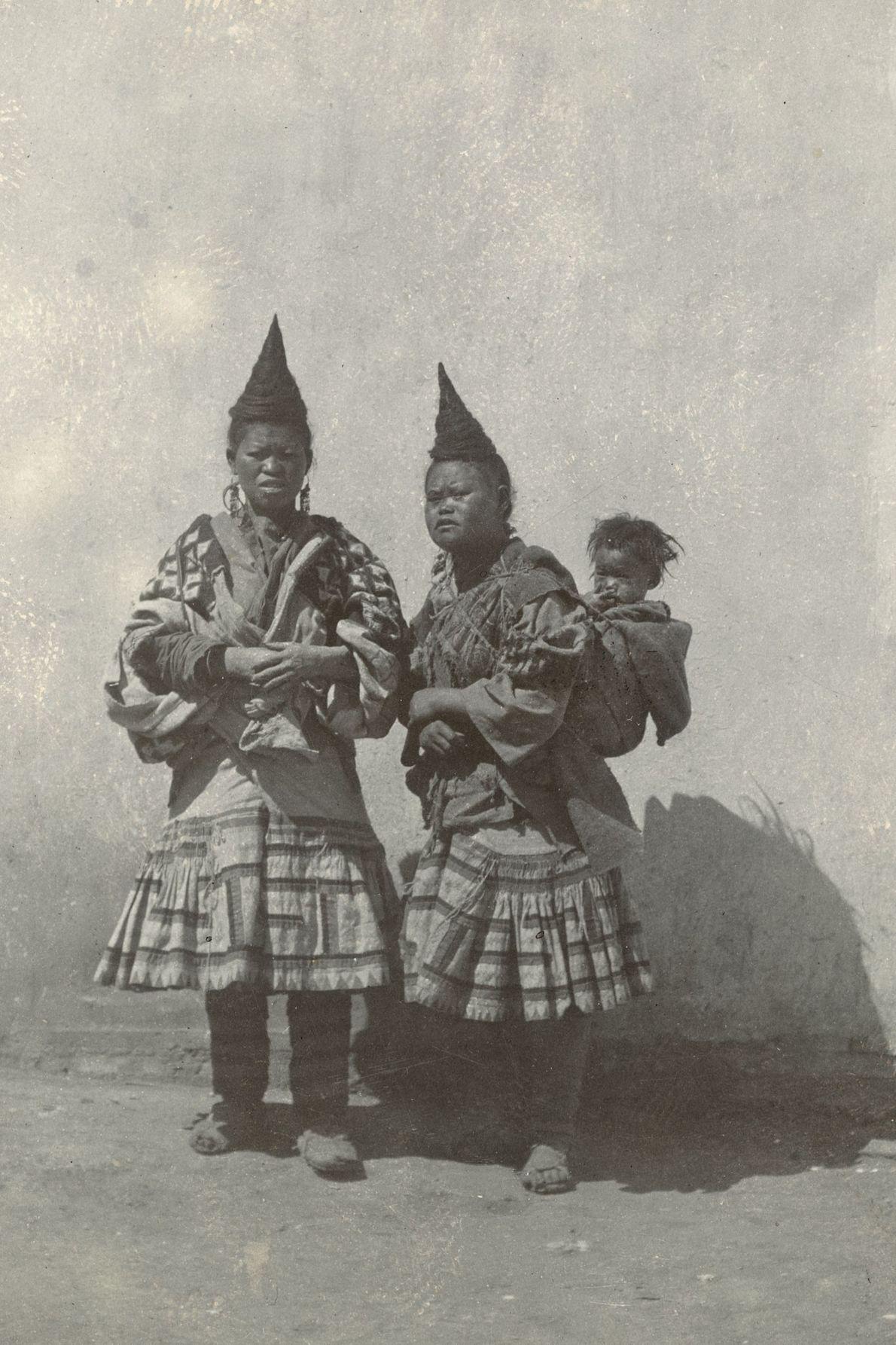 O penteado em forma de chifre exibido por estas mulheres indica que foram mães.
