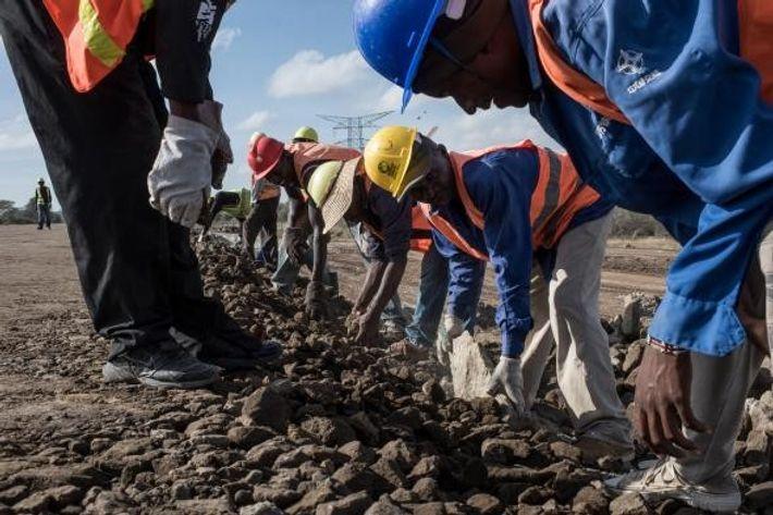 Trabalhadores da empresa de Estradas e Pontes da China, que estão a construir o caro caminho-de-ferro, ...