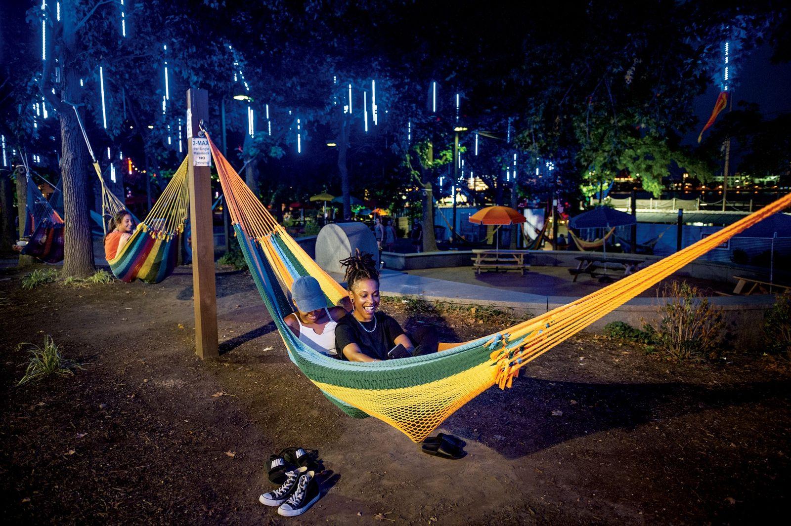 Outrora um cais delapidado, o Parque Spruce Street Harbor, inaugurado em 2014, é um símbolo do ...