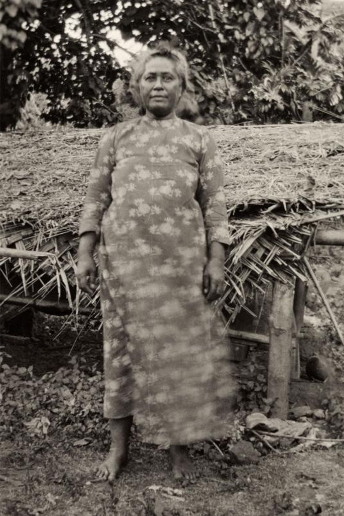 Nas ilhas Marquesas, na Polinésia Francesa, a rainha de Nuku Hiva posa em 1919.