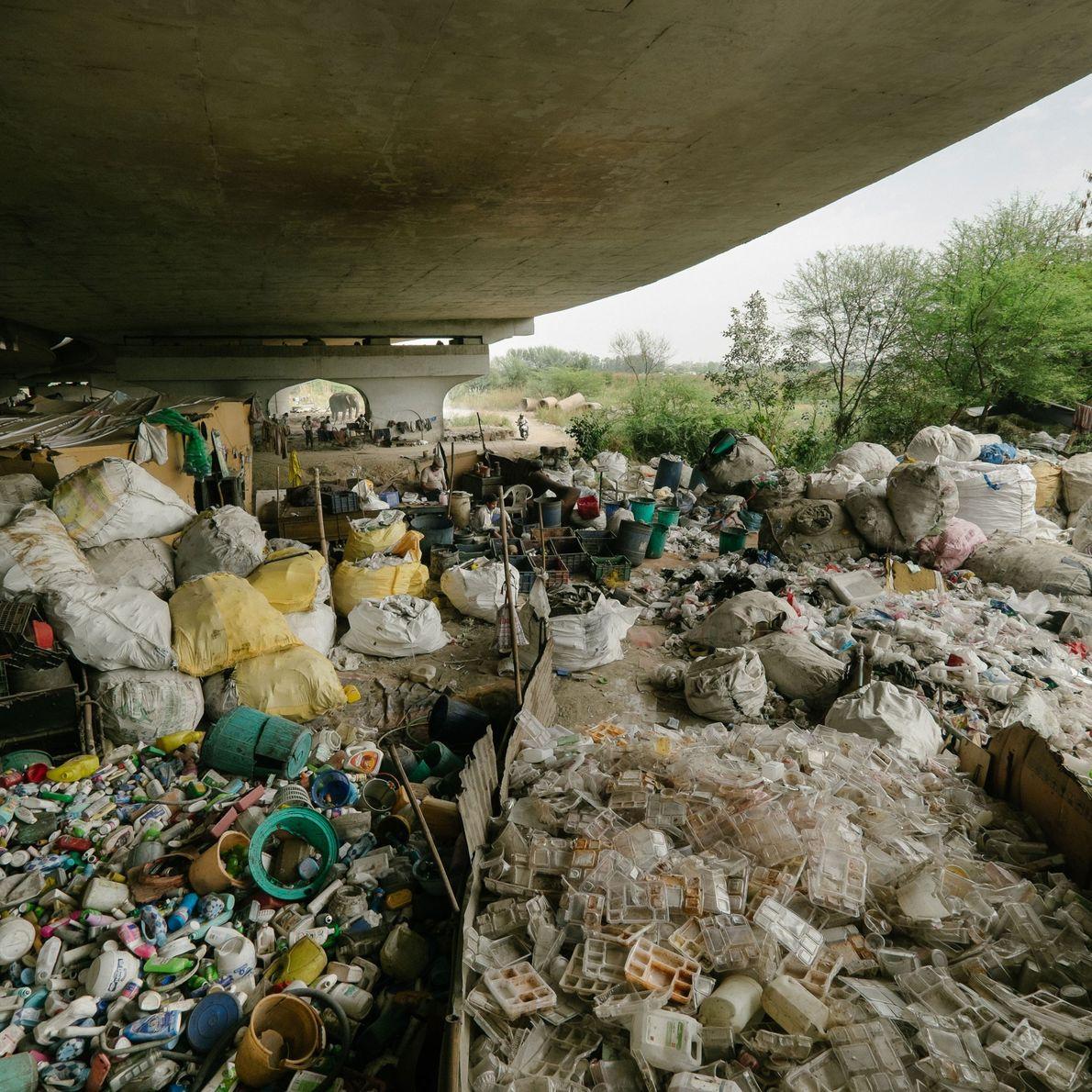 Fotografia de recicladores que moram debaixo da ponte da estrada Grand Trunk.