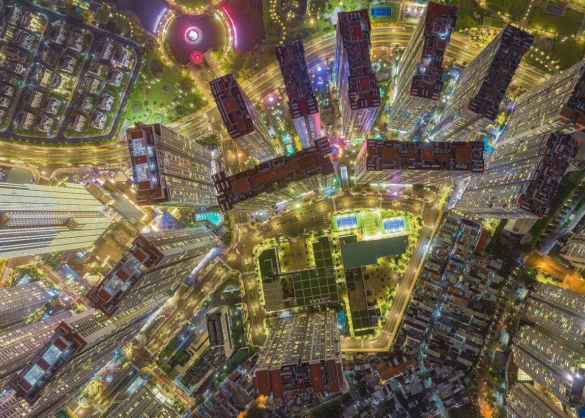 Os edifícios e as estradas da cidade de Ho Chi Minh, habitada por 9 milhões de ...