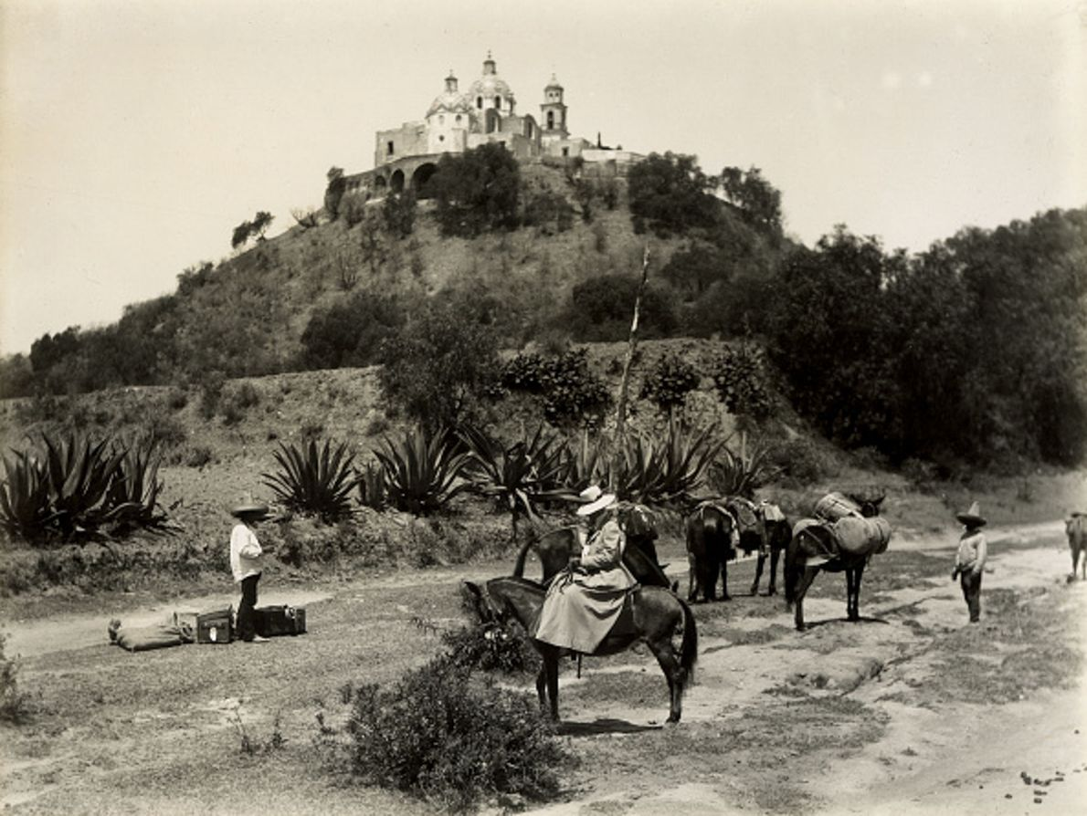 Esta fotografia, do ano 1900, captura a Grande Pirâmide de Cholula, no México, que já era ...
