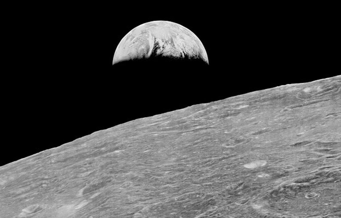 primeira imagem da Terra vista pela humanidade a partir da lua, tirada pela nave Lunar Orbiter ...