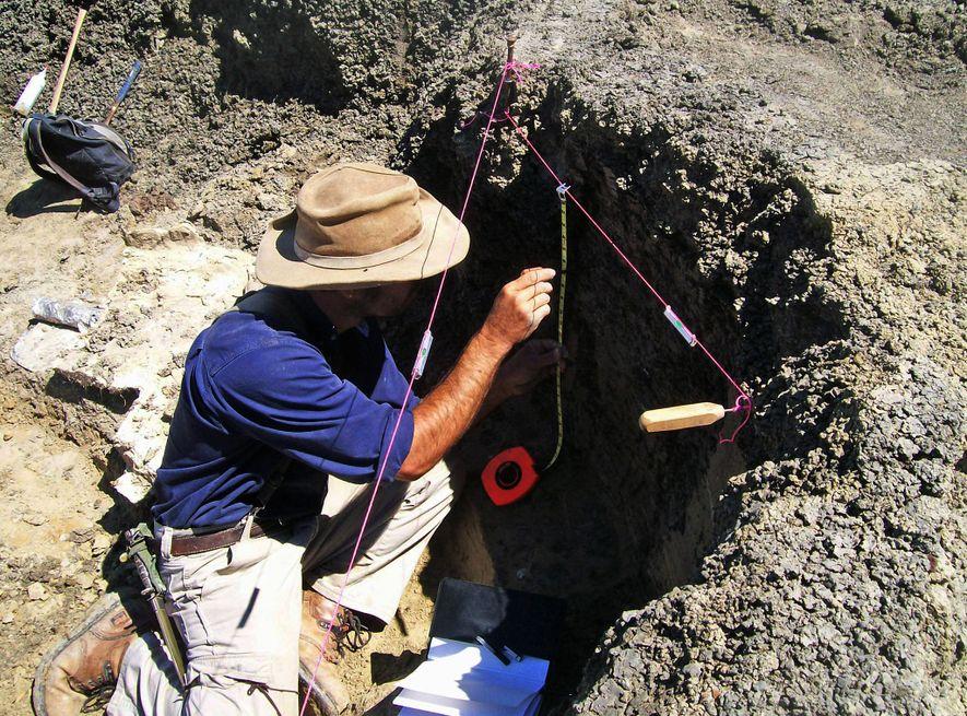 Robert DePalma, líder do estudo, faz investigações de campo no local, em Tanis.