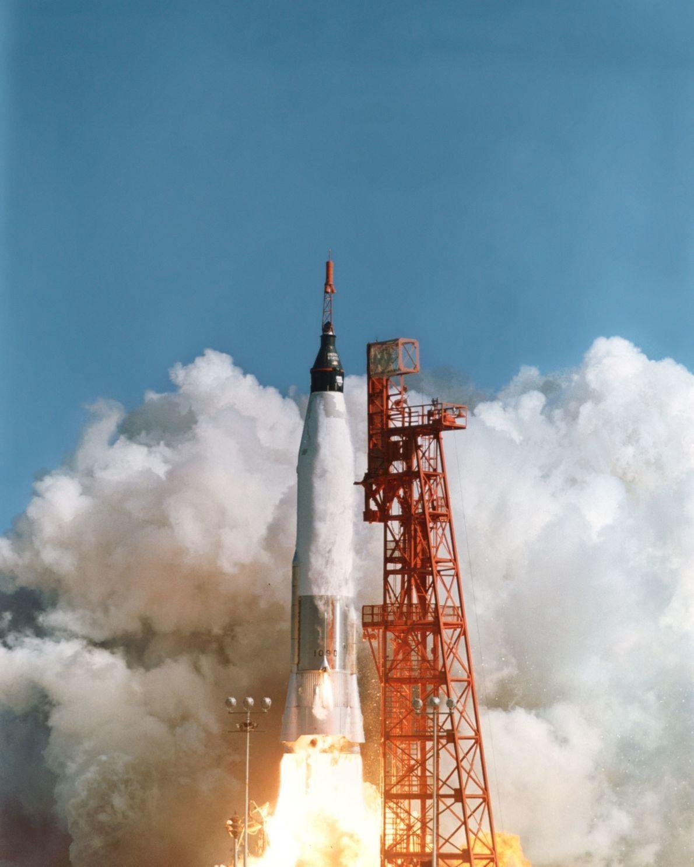John Glenn levanta voo no Mercury-Atlas 6; esta missão duraria quatro horas e 55 minutos.