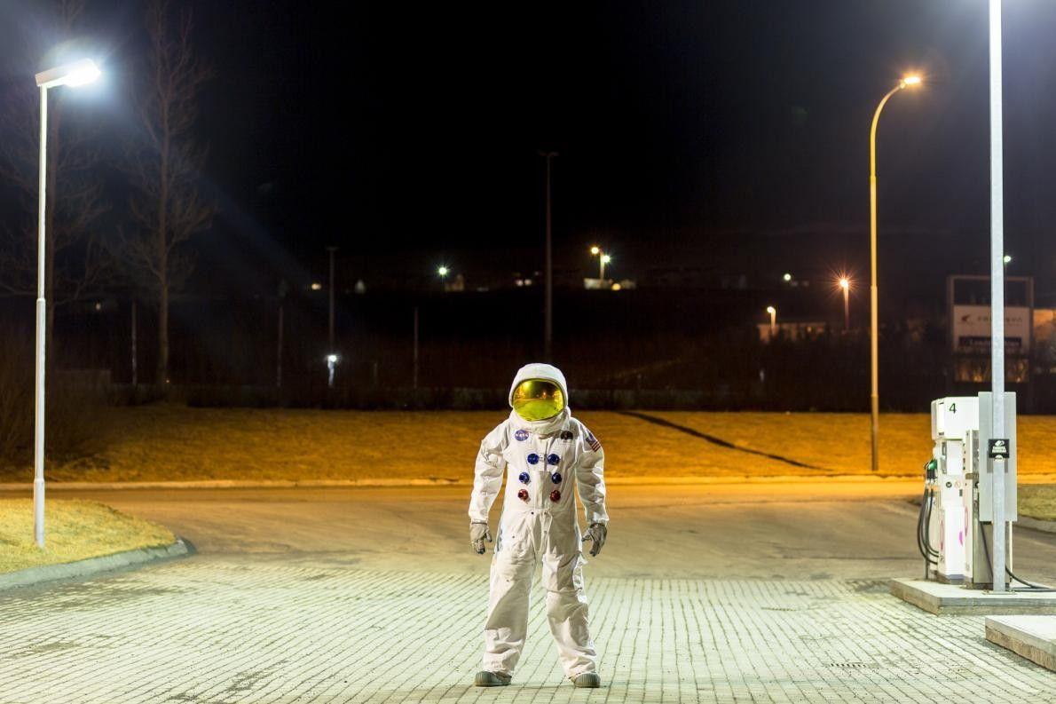 Vestido com uma réplica de um fato espacial do Apollo