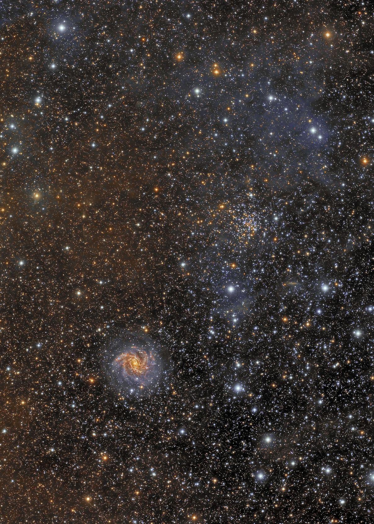 Exibindo a diversidade de objetos que estão visíveis no céu noturno, esta imagem mostra o aglomerado ...