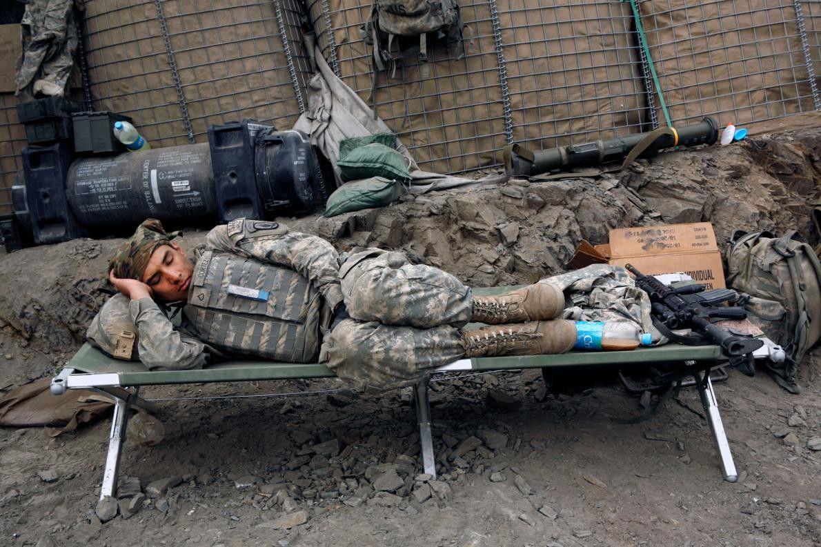 Um soldado americano dorme.