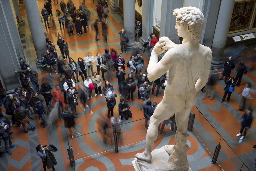 IRMÃOS DE ARMAS Um membro sem corpo de uma das paredes do quarto parece ser um reflexo do braço da famosa estátua da figura de David, feita por Miguelângelo.